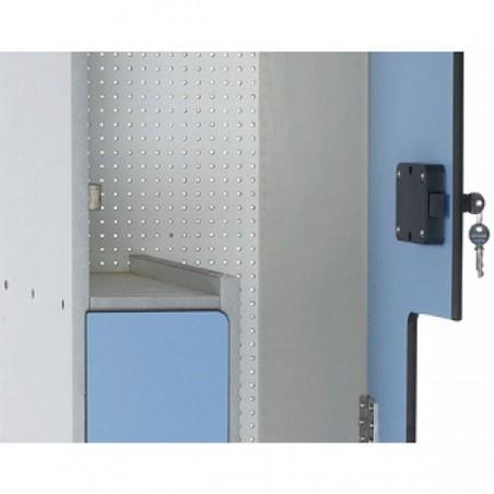 """Detalle del interior de una taquilla con las puertas en forma de """"L"""" una y la otra en forma de """"L"""" invertida"""