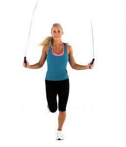 Un buen ejercicio entre las rutinas de entrenamiento HIIT es saltar a la cuerda.