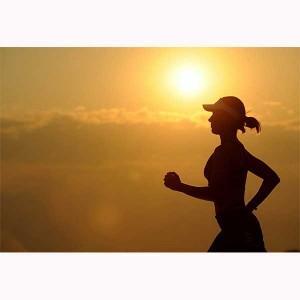 El entrenamiento por intervalos de alta intensidad HIIT puede ser realizado corriendo, trotando o caminando