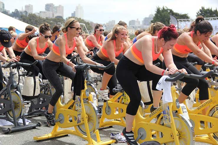 Grupo de personas haciendo spinning