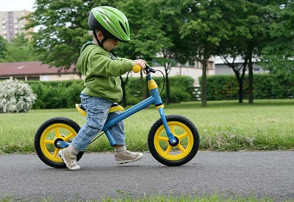 Las bicicletas sin pedales sirven para enseñar a los niños a mantener el equilibrio sobre dos ruedas