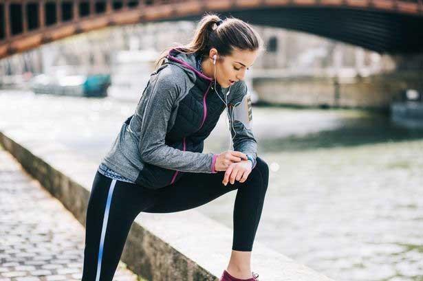 Utilizar un podómetro para caminar ayuda a realizar distancias extra en nuestros movimientos diarios.