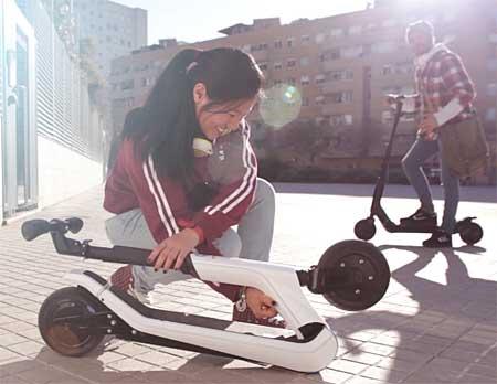 La maniobra de plegado de los patinetes eléctricos Citybug2 es extremadamente sencilla