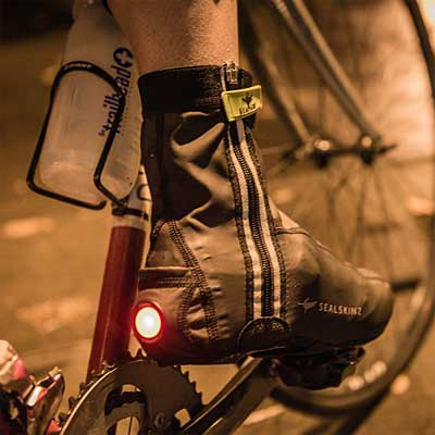 Los cubrezapatillas con luz de seguridad para ciclistas maximizan la visibilidad de los ciclistas en la carretera