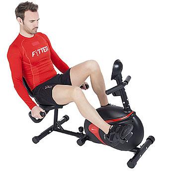 Las personas con movilidad reducida utilizan bicicletas estáticas reclinadas como máquinas de ejercicio para casa